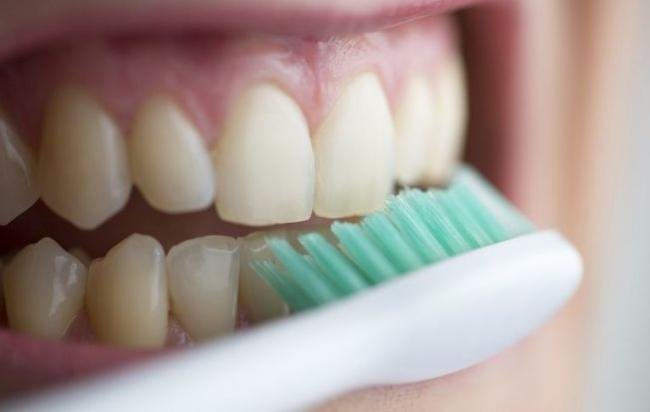 Although brushing your teeth often is a good habit, but too hard to brush or brush too quickly, it will brush away the enamel