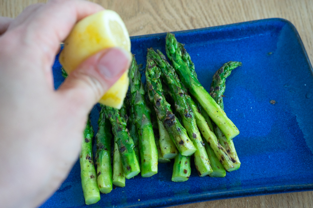 Making delicious barbecue asparagus - Step 4